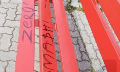 Panchina rossa imbrattata di vernice