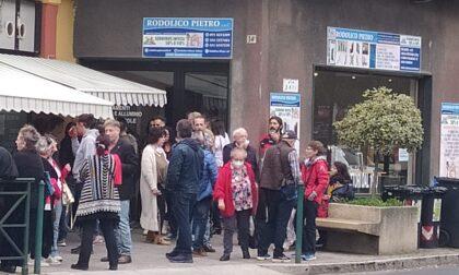 Aperitivo disobbediente, si radunano fuori da La Torteria LE FOTO