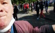 Negazionisti del Covid picchiano un giornalista vicino a Torino
