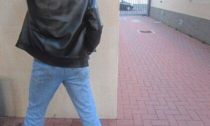 Ubriaco si abbassa le mutande e fa pipì in vicolo del Portone