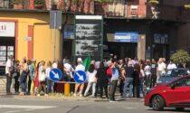 Torteria, sostenitori si radunano fuori dal locale LE FOTO