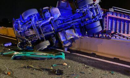 Terribile incidente sull'autostrada A4: tir si ribalta e finisce nella corsia opposta