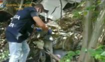 Un altro deposito incontrollato di rifiuti pericolosi in un'area boschiva IL VIDEO