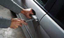 Aprono le auto e rubano le chiavi di casa: boom di furti in città