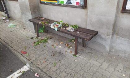 Vandali in piazza, rifiuti e sporco ovunque