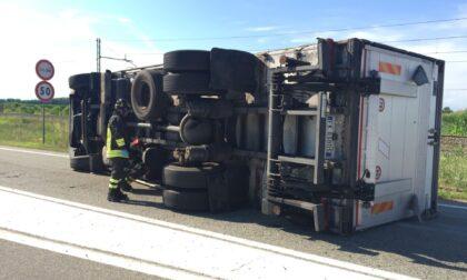 Camion ribaltato sulla provinciale, i soccorsi