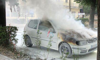 Incendio auto lungo il viale, i soccorsi LE FOTO