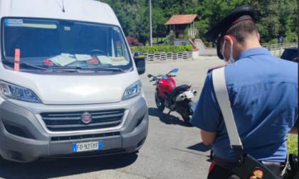 Perde il controllo della Ducati per evitare un furgone