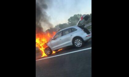 Auto in fiamme in tangenziale, paura per due ragazzi