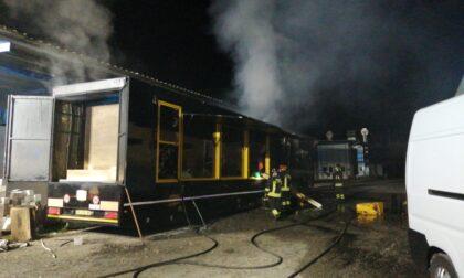 Tir distrutto dalle fiamme in un piazzale a Chivasso