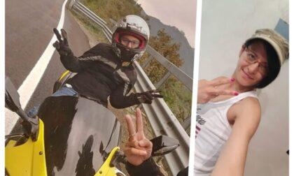 Scontro auto moto, muore una 40enne: caccia al pirata della strada