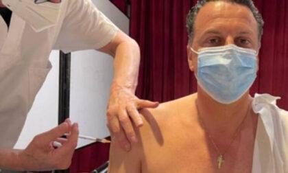 Sindaco regala 10 euro a chi si vaccina: insultato e minacciato