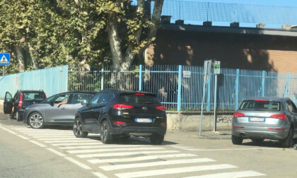 Auto ovunque davanti alle scuole, è caos