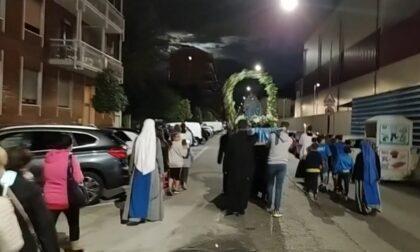 """Coro da stadio alla processione per la Madonna: """"Chi non salta non è di Maria eh, eh!"""""""