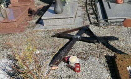 Vandali scatenati colpiscono il cimitero