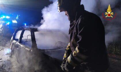 Incendio auto, i vigili del fuoco spengono il rogo FOTO E VIDEO