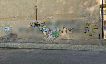 I vandali imbrattano il muro della scuola con bestemmie, insulti e simboli nazisti